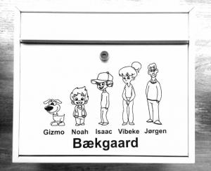 e2a39d8f I dag kan man få mange forskellige former for postkasse stickers, der kan  være med til at gøre postkassen sjov og indbydende.